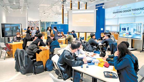 지난해 3월 단국대 죽전캠퍼스에서 단국대 SW디자인융합센터와 세계 '디자인싱킹(Design Thinking)' 열 풍 중심지 스탠포드 대학 디스쿨(d.school)이 공동워크숍 '디자인싱킹 부트캠프'를 최했다. [사진 단국대]