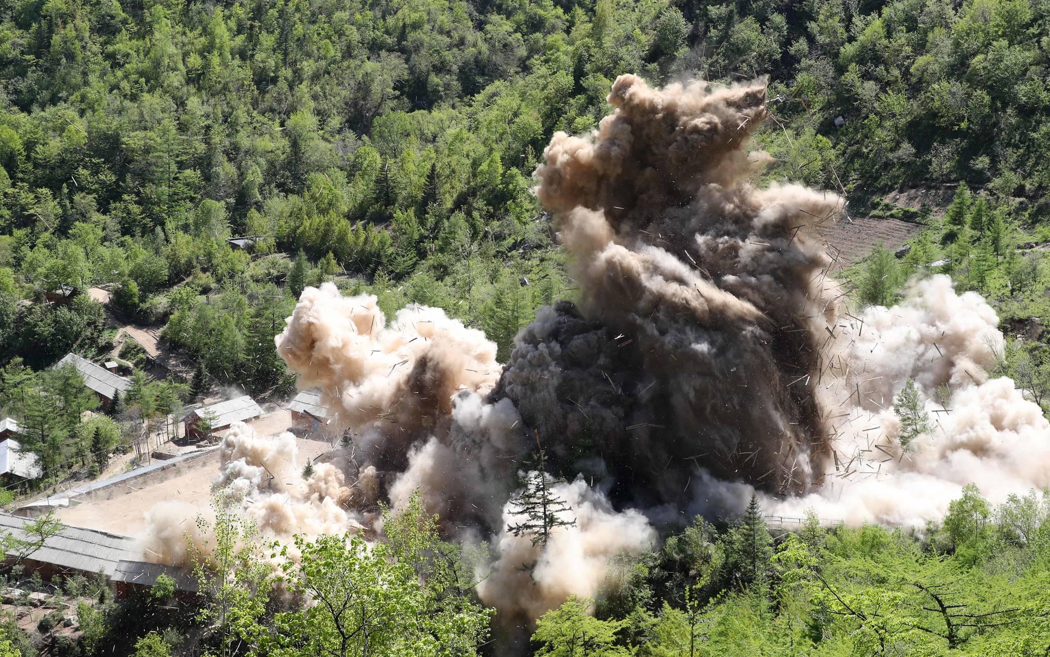 북한이 24일 지난 6차례의 핵실험을 모두 진행한 함경북도 길주군 풍계리 핵실험장 폭파해 폐기했다. 이날 연쇄 폭파 방식으로 갱도와 시설을 폭파한 북한 핵무기연구소 관계자들은 차후 모든 인원을 철수시키고 핵실험장 주변을 완전히 폐쇄할 것이라 밝혔다. 풍계리 핵실험 관리 지휘소시설 폭파순간 목조 건물들이 폭파 되며 산산이 부숴지고 있다. 사진공동취재단