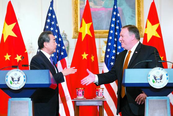 """마이크 폼페이오 미국 국무부 장관(오른쪽)과 왕이 중국 국무위원 겸 외교부장이 23일(현지시간) 워싱턴DC 국무부에서 기자회견 뒤 악수하려 하고 있다. 폼페이오 장관은 '북한이 비핵화하는 날까지 압박은 계속될 것""""이라며 '중국을 포함한 모든 나라가 그들의 의무를 다하길 기대한다""""고 말했다. [EPA=연합뉴스]"""