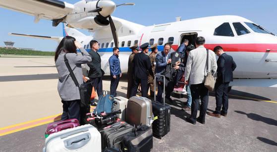 풍계리 핵실험장 폐기 남측 공동취재단이 23일 정부 수송기편으로 북한 강원도 원산 갈마비행장에 도착해 비행기에서 내리고 있다