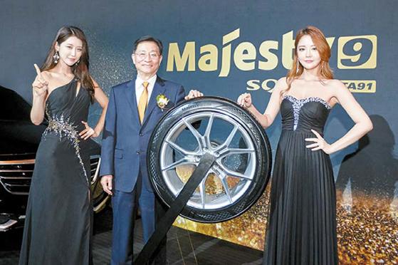 금호타이어는 지난 16일 프리미엄 컴포트 타이어 '마제스티9(Majesty9) SOLUS TA91'을 발표했다. 사진 은 서울 신라호텔에서 대리점주를 대상으로 개최한 '2018 금호타이어 신제품 설명회'. [사진 금호타이어]