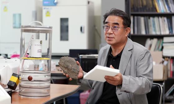 조승연 교수가 연세대 원주 캠퍼스 내 연구실에서 방사성 암석과 침대 스펀지를 들고 라돈에 대해 설명하고 있다. 조 교수는 라돈은 위험한 물질이지만, 과도한 공포를 가질 필요는 없다고 말했다. [변선구 기자]