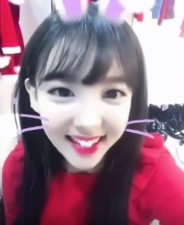 콰이로 놀고있는 트와이스 멤버 나연 [사진 트와이스 인스타그램 캡처]