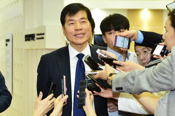 김태한 삼성바이오로직스 대표가 17일 정부서울청사에서 열린 감리위원회에 참석하기에 앞서 기자들에게 입장을 설명하고 있다.