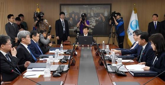 이주열 한국은행 총재가 24일 서울 중구 한국은행 본관에서 열린 금융통화위원회 본회의를 주재하고 있다. [뉴스1]