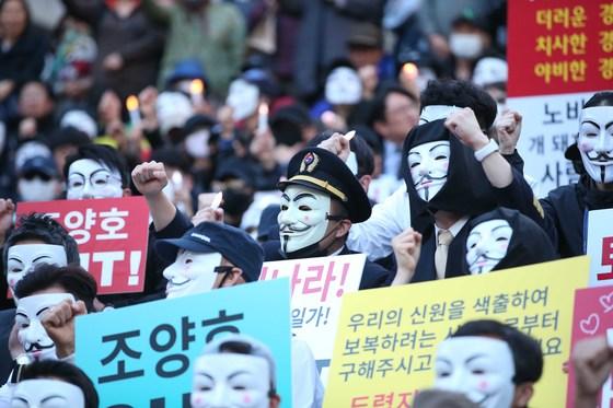 대한항공 직원과 시민들이 4일 오후 서울 세종문화회관 앞에서 집회를 열고 조양호 일가 퇴진과 갑질 근절을 촉구하는 구호를 외치고 있다. [중앙포토]
