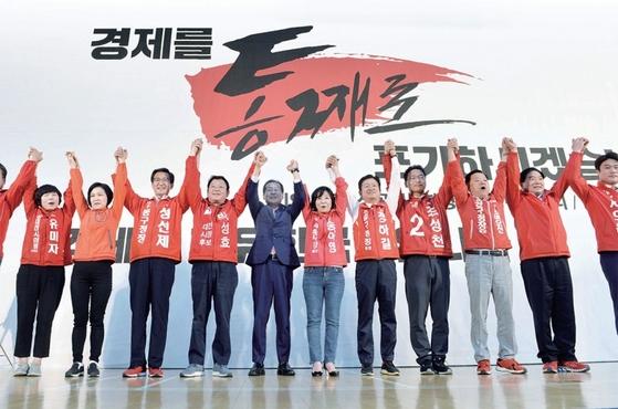 홍준표 자유한국당 대표(가운데)가 5월 10일 대전에서 열린 6·13 지방선거 자유한국당 대전·세종 필승결의대회에 참석, 각 후보들과 함께 손을 들어 인사하고 있다.