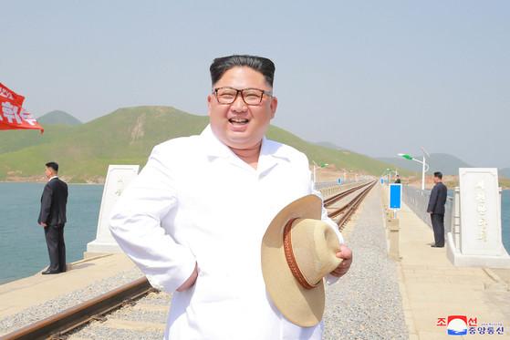 김정은 북한 국무위원장이 강원도 문산시의 해안 철도를 현지지도 했다고 북한 관영 언론들이 25일 전했다. [사진 조선중앙통신]