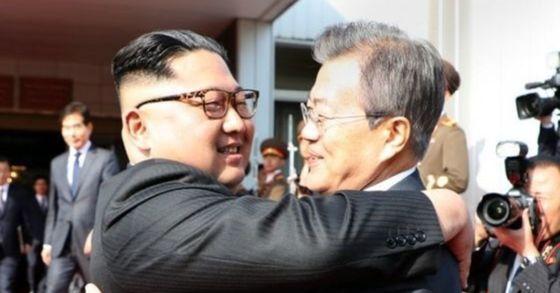 문재인 대통령과 김정은 북 국무위원장이 26일 오후 판문점 북측 통일각에서 정상회담 마친 후 헤어지며 포옹하고 있다. [사진 청와대 제공]
