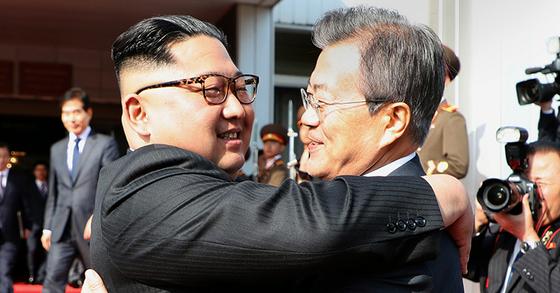 26일 2차 정상회담을 가진 문재인 대통령(오른쪽)과 김정은 북한 국무위원장 [사진 청와대]