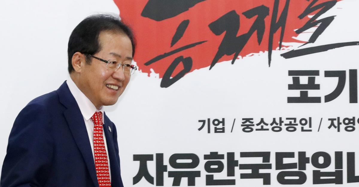 홍준표 자유한국당 대표가 지난 25일 서울 여의도 당사에서 열린 6·13 제7회 동시지방선거 소상공인 정책제안 전달식에 입장하고 있다. [뉴스1]