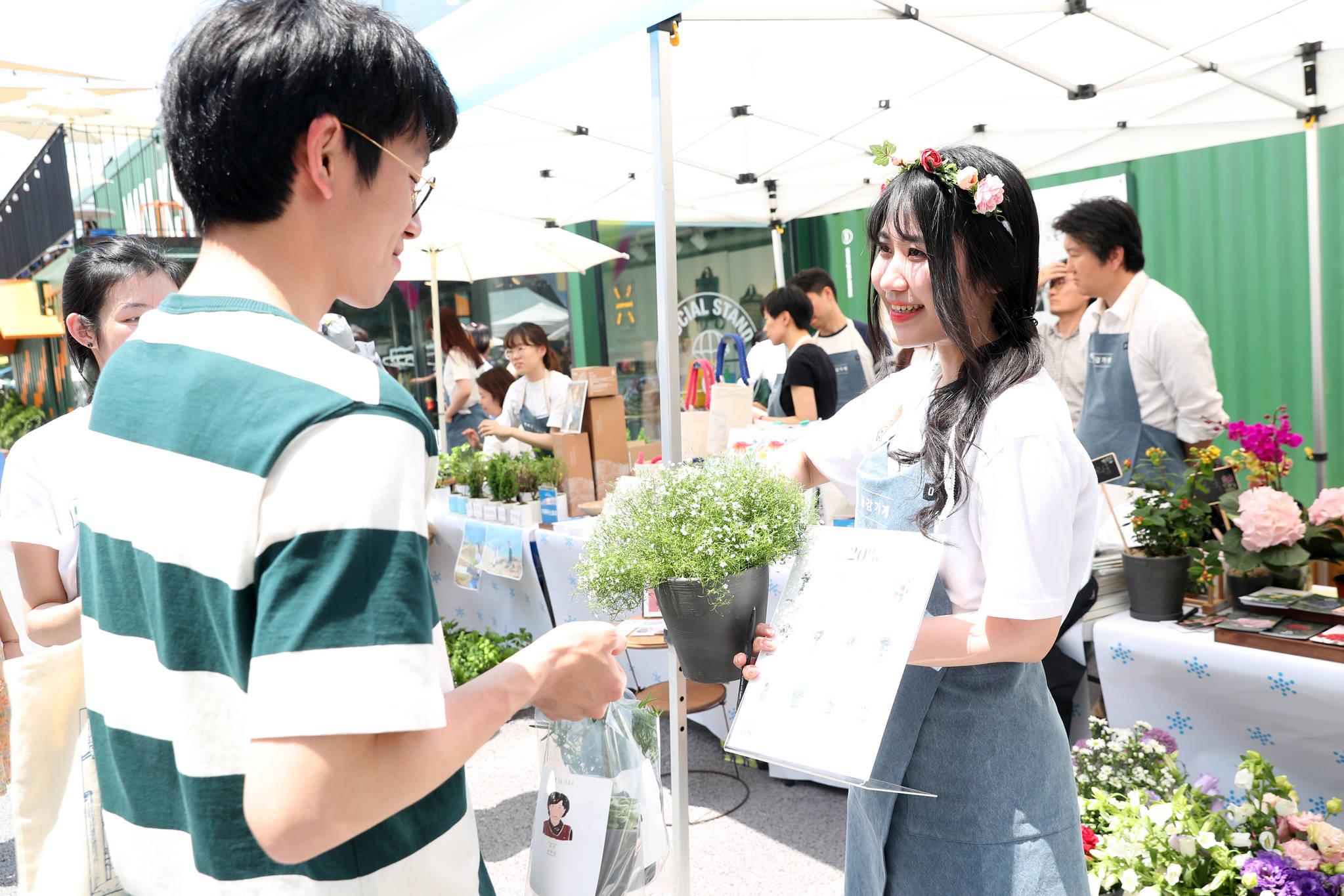 26일 서울 성수동 언더스탠드에비뉴에서 도심 속 장터 마르쉐가 열렸다. 건강한 먹거리 장을 보러오는 지역주민을 위한 이 시장은 매월 네번째 토요일에 열린다. 농장에서 갓 수확한 꽃을 판매하는 'Honest flower'의 생산자가 꽃에 대해 이야기하고 있다. 우상조 기자