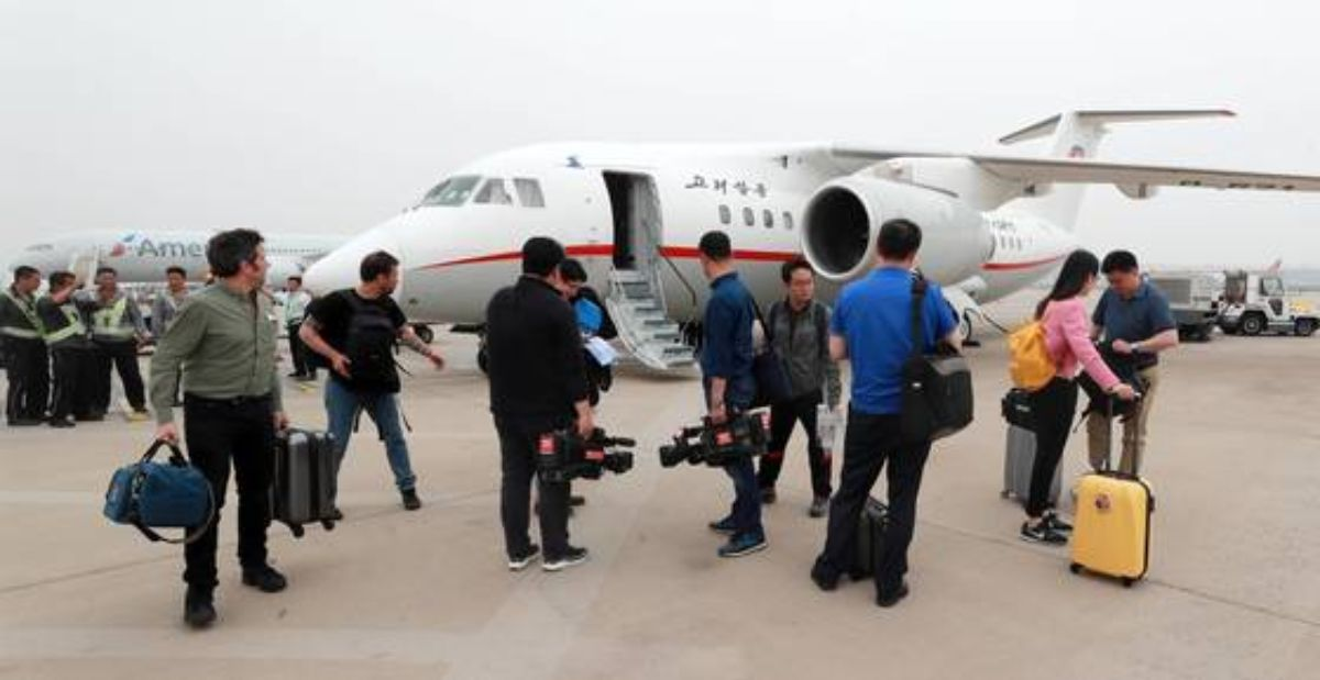 풍계리 핵실험장 폐쇄 현장을 취재한 공동취재단과 국제기자단이 26일 고려항공편으로 북한 원산 갈마비행장을 출발해 중국 베이징 서우두공항에 도착하고 있다. [사진공동취재단]