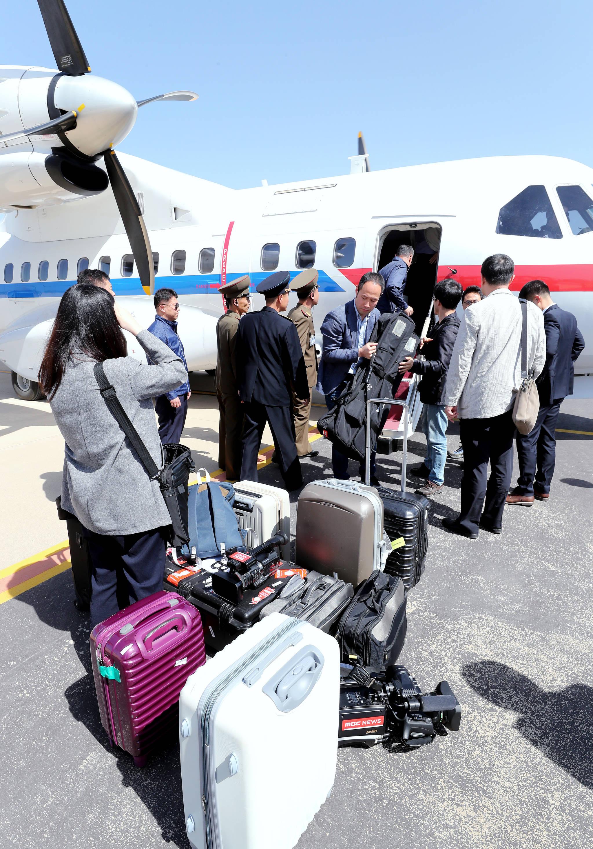풍계리 핵실험장 폐기 남측 공동취재단이 23일 오후 북한 강원도 원산 갈마비행장에 도착하고 있다. 사진공동취재단