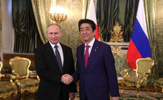 블라디미르 푸틴 러시아 대통령과 아베 신조 일본 총리. [중앙포토]