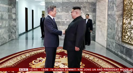영국 공영방송 BBC가 문재인 대통령과 김정은 북한 국무위원장의 26일 '제2차 남북정상회담'을 긴급 뉴스로 보도했다. [사진 BBC 방송화면 갈무리]