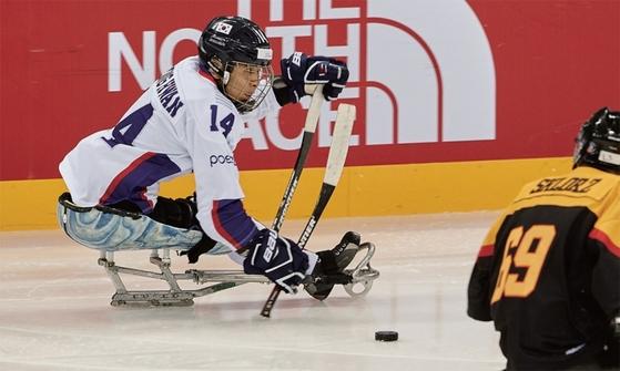 포스코는 '포스코배' 장애인 아이스하키 대회 개최, 사상 첫 한국형 썰매 제작 지원, 장애인 아이스하키 선수들의 다큐멘터리 영화 지원 등 후원 활동을 이어왔다. / 사진:포스코