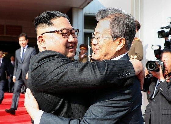 문재인 대통령과 김정은 국무위원장이 26일 오후 판문점 북측 통일각에서 정상회담을 마친 후 헤어지며 포옹하고 있다. [뉴스1]