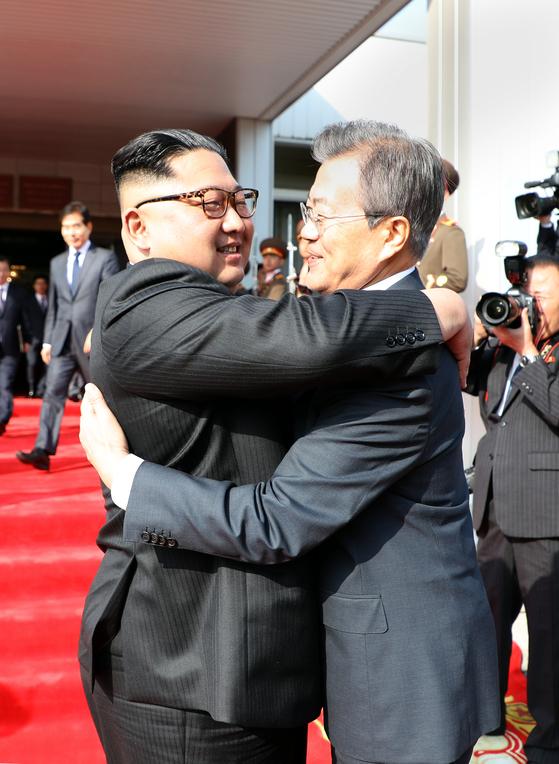 문재인 대통령과 북한 김정은 국무위원장이 지난 26일 오후 판문점 북측 지역인 통일각에서 정상회담 마친 후 헤어지며 포옹하고 있다. 청와대 제공