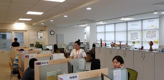 지난 21일 오후 천안에 있는 충남외국인주민통합지원콜센터에서 상담사들이 민원인을 상대로 상담을 하고 있다. 신진호 기자