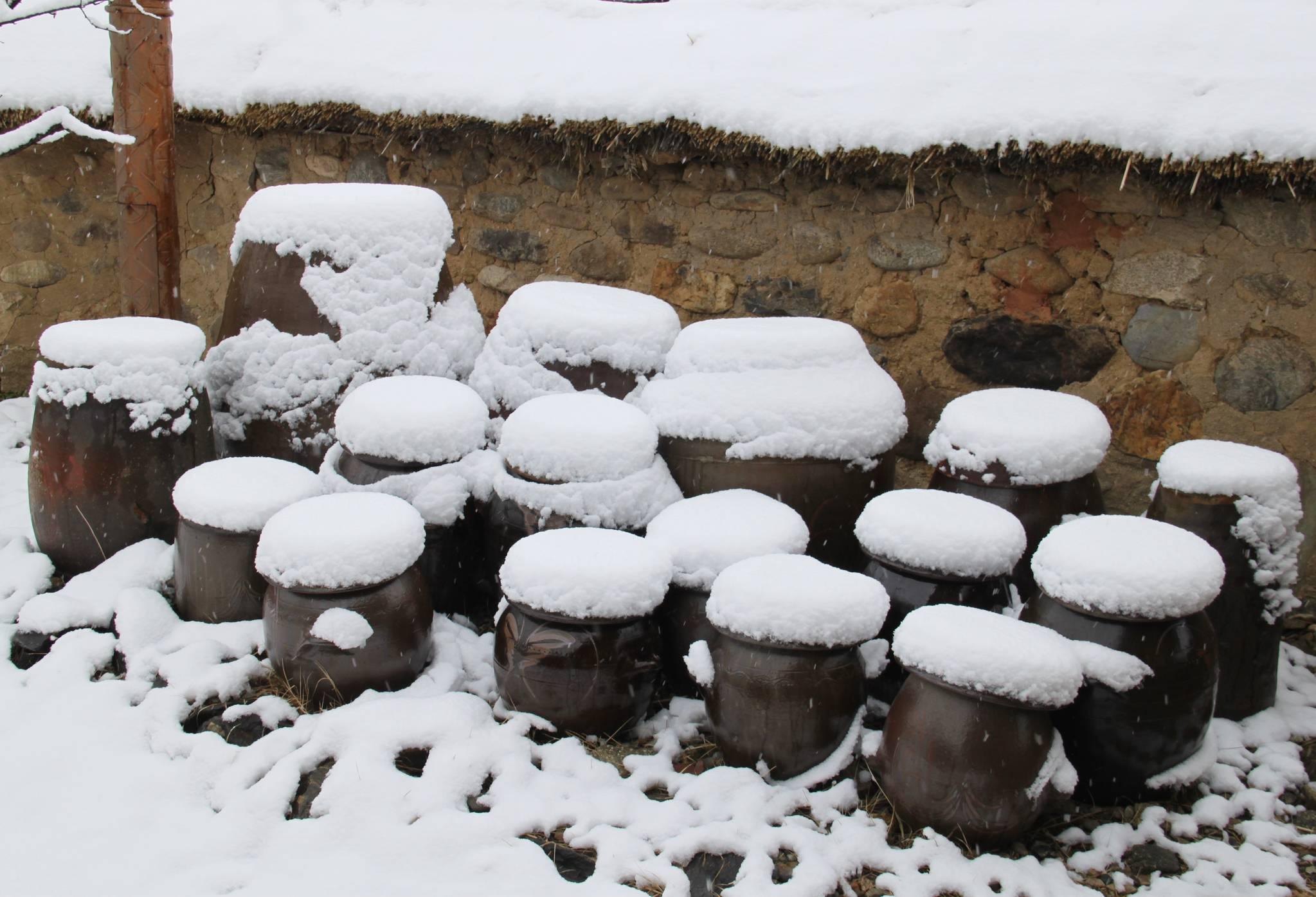 충북 옥천읍 교동리의 한 장독대에 흰 눈이 수북이 쌓여 있다. [연합뉴스]