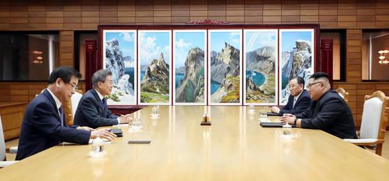 문재인 대통령과 김정은 국무위원장이 26일 오후 판문점 북측 지역인 통일각에서 두번재 정상회담을 하고 있다.청와대 제공