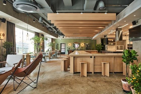 샘표가 사옥 1층에 연 '우리맛공간'. 분위기 좋은 카페처럼 꾸민 이곳에서 우리맛 연구 발표와 함께 미식회 등을 열어 고객과 소통하고 있다. [사진 샘표]
