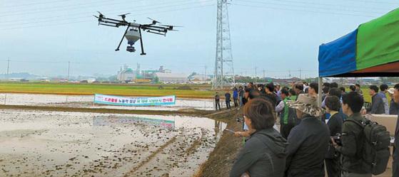 시범 연시회에 참가한 농업인, 농협과 관계 공무원이 드론 'SG-10'으로 작업하는 모습을 지켜보고 있다. [사진 SG한국삼공]