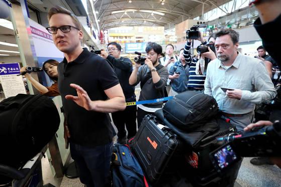 윌 리플리를 비롯한 CNN 풍계리 취재단이 22일 북한 원산으로 가는 고려항공을 탑승하기 위해 베이징공항을 통해 출국하며 취재진의 질문에 답하고 있다. [사진공동취재단]