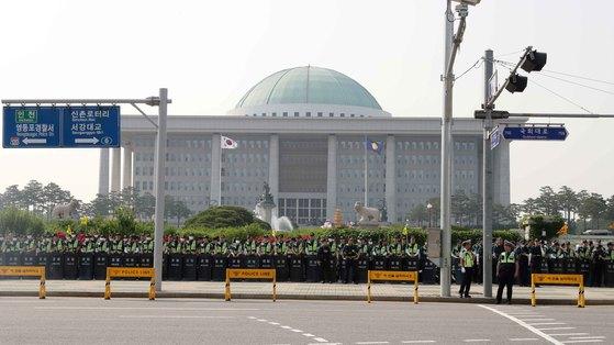 경찰이 28일 서울 여의도 국회 앞에서 '국회 최저임금법 개악 저지' 집회를 벌이는 시위대의 국회 진입에 대비해 국회외곽을 봉쇄했다. 김상선 기자