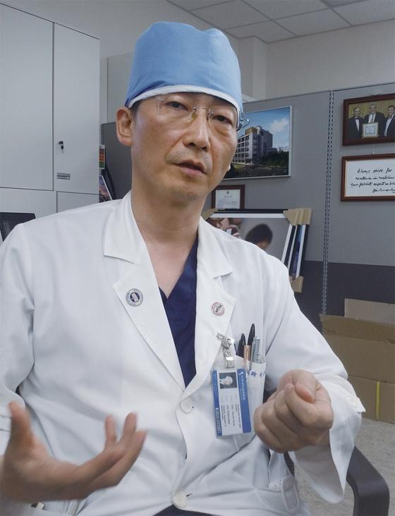 아주대병원 중증외상센터장 이국종 교수는 다발성 중증외상외과 분야의 국내 최고 권위자다. 그는 인터뷰 내내 의사 가운과 모자를 한 번도 벗지 않았다.