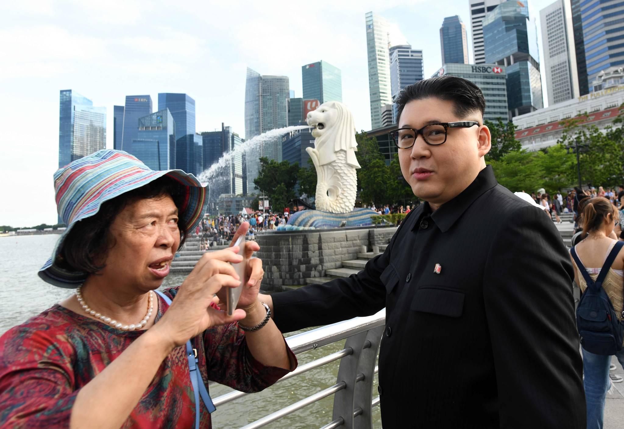 가짜 김정은이 27일(현지시간) 싱가포르 상징인 '머라이언 상' 앞에 나타났다. [AFP=연합뉴스]