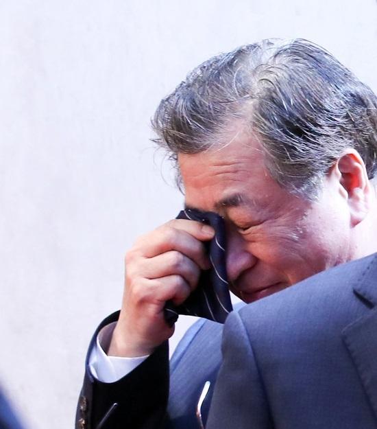 서훈 국정원장이 지난달 27일 오후 판문점 평화의 집 앞에서 열린 문재인 대통령과 김정은 북한 국무위원장의 판문점 선언이 끝난 뒤 눈물을 훔치고 있다. [중앙포토]