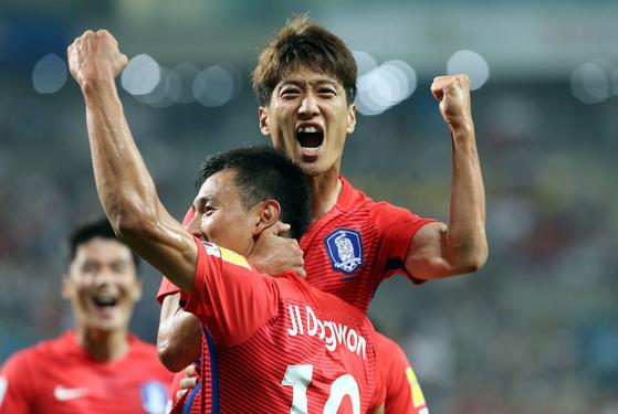 이청용이 2016년 9월 중국과 경기에서 골을 터트린 뒤 환호하고 있다. [중앙포토]