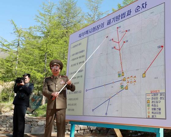 24일 북한 핵무기연구소 관계자들이 함경북도 길주군 풍계리 핵실험장 폐쇄를 위한 폭파작업을 했다. 폭파 전 북한 핵무기연구소 부소장이 취재진에게 풍계리 핵실험장 폐기 방법에 대해 설명하고 있다. 2번 갱도는 2차부터 6차까지 5차례에 걸쳐 핵실험을 했다. [사진공동취재단]
