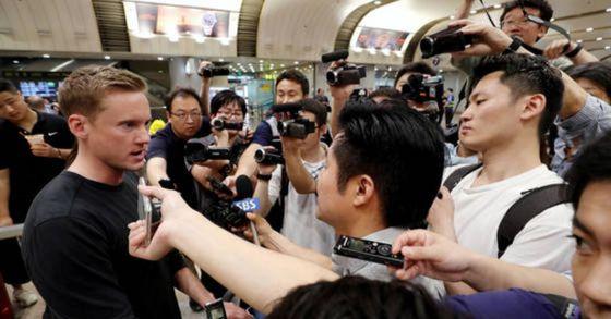 윌 리플리 CNN 기자가 지난 26일 오후 중국 베이징 서우두공항에 도착, 풍계리 핵실험장 폐기식 취재를 못한 일본 언론 등의 질문에 답하고 있다. [사진공동취재단]