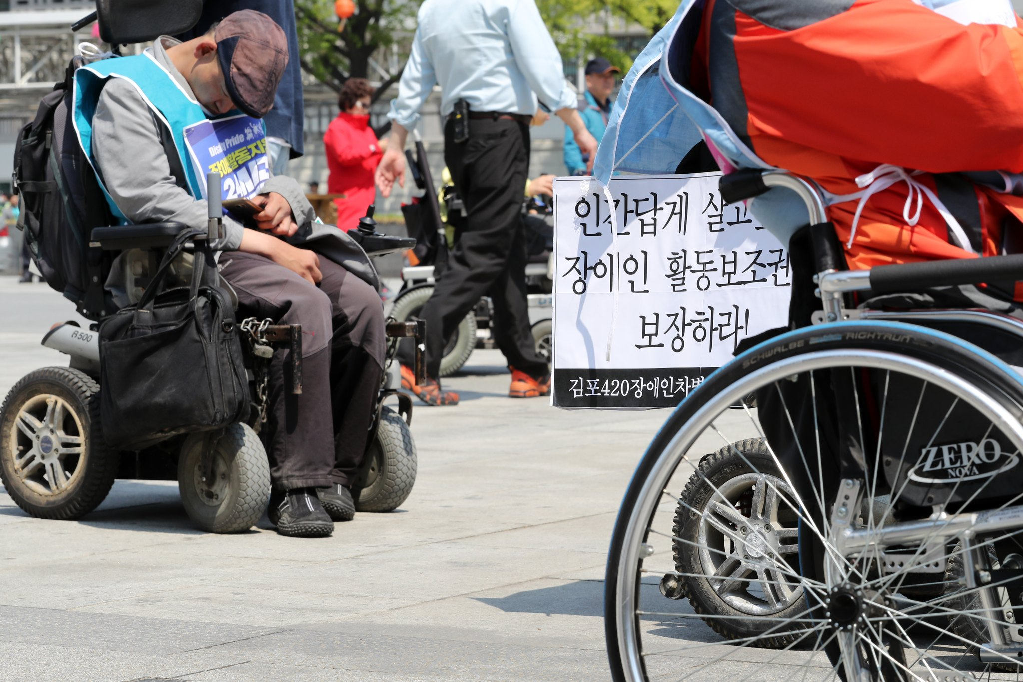 장애인들이 지난달 서울 광화문광장에서 장애인활동지원 권리를 보장하고 장애인자립생활센터 예산을 확대할 것을 촉구했다. [뉴스1]
