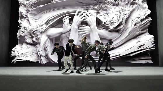 방탄소년단 '페이크 러브' 뮤직비디오의 한 장면. 배경 작품이 눈길을 끈다. [사진 빅히트엔터테인먼트]
