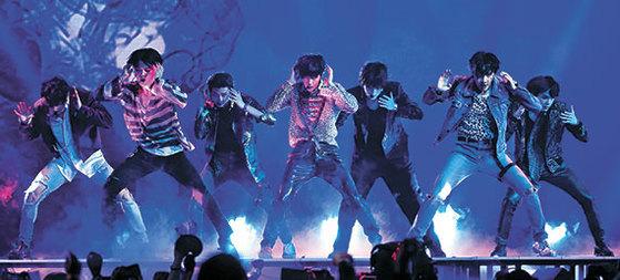 20일(현지시간) 빌보드 뮤직 어워드에서 '페이크 러브' 무대를 선보인 방탄소년단. 곡 콘셉트에 맞는 어두운 퍼포먼스로 눈길을 사로잡았다. [로이터=연합뉴스]