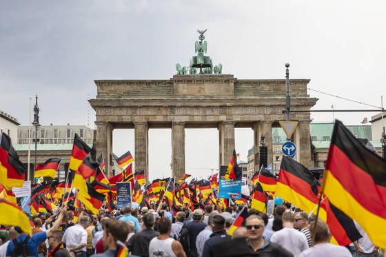 27일 독일 베를린 브란덴부르크문 앞에 모인 AfD 지지자들 [EPA=연합뉴스]