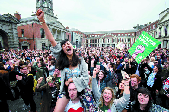 26일(현지시간) 아일랜드 더블린에서 시민들이 낙태금지법 폐기를 축하하고 있다. [AFP=연합뉴스]