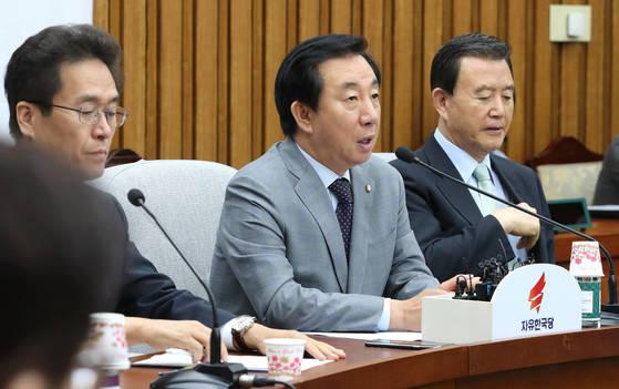 자유한국당 김성태 원내대표(가운데)가 28일 오전 국회에서 열린 원내대책회의에서 발언하고 있다. [연합뉴스]
