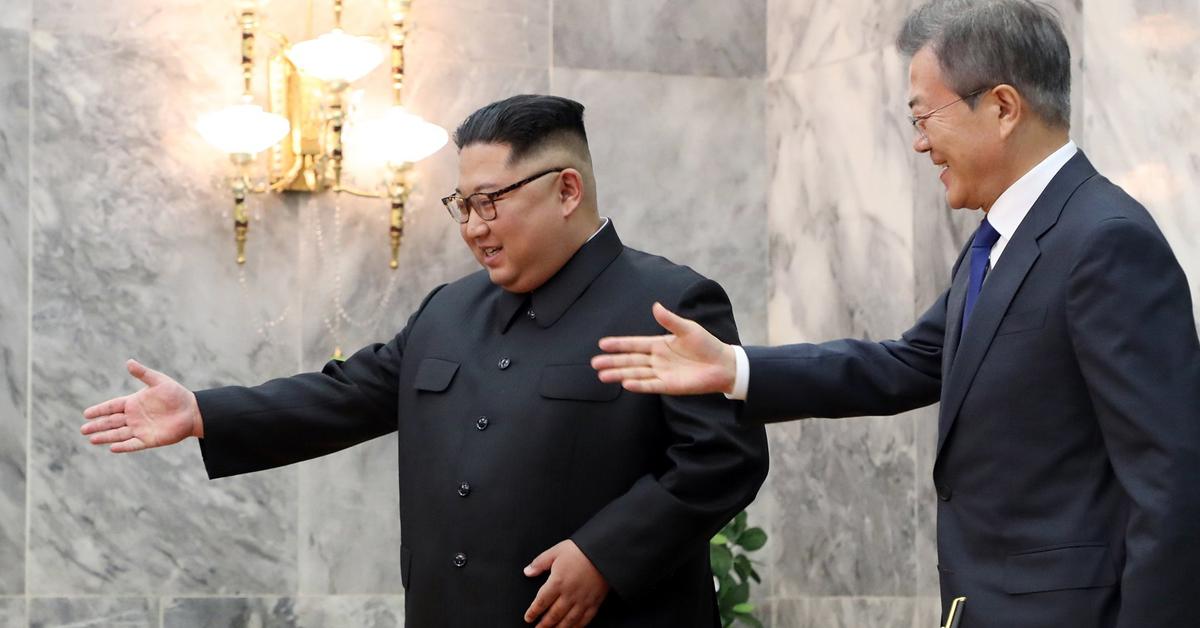 문재인 대통령이 지난 26일 오후 판문점 북측 통일각에서 정상회담을 하기 앞서 방명록을 작성한 뒤 김정은 북한 국무위원장과 함께 이동하고 있다. [사진 청와대]