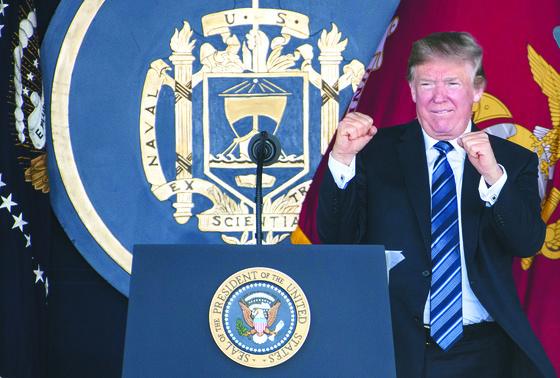 """25일(현지시간) 미 해군사관학교 졸업식에서 주먹을 쥐고 있는 트럼프 미국 대통령. 그는 26일 '북·미 정상회담 날짜는 바뀌지 않았다""""고 말했다. [UPI=연합뉴스]"""