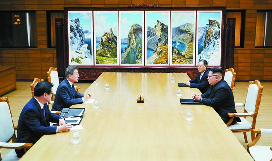 문재인 대통령과 김정은 북한 국무위원장이 지난 26일 판문점 통일각에서 두 번째 정상회담을 열고 있다. 이날 남북의 배석자는 정상회담 개최로 물밑 접촉했던 서훈 국가정보원장(맨 왼쪽)과 김영철 북한 통일전선부장이다. 북한 조선중앙통신은 27일 북·미 정상회담이 다음달 12일 개최된다고 첫 보도했다. [뉴스1]
