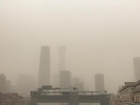 황사로 인해 형체가 흐릿하게 보이는 베이징 시내 [연합뉴스]