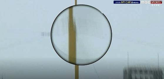 중계 화면에서 공이 파울폴 뒤로 날아가는 장면. 심판은 파울이 아닌 홈런을 선언했다. [MBC 스포츠플러스 캡처]
