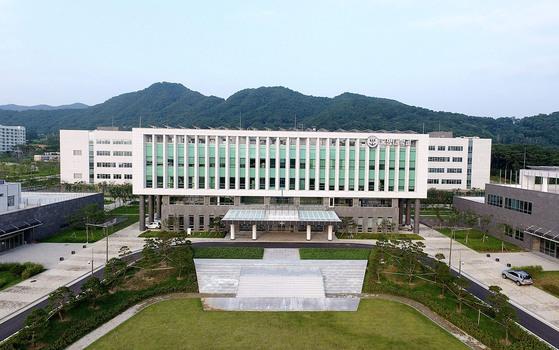 논산 새 캠퍼스에 신축된 국방대학교 본관 전경 [국방대 제공=연합뉴스]