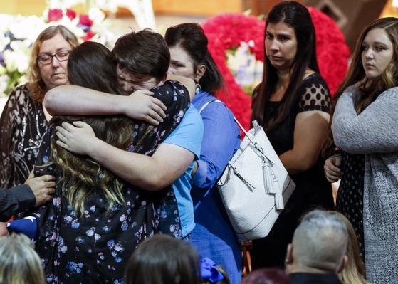 지난 25일(현지시간) 텍사스주 산테페 고교에서 총격사건으로 사망한 희생자들의 장례식에서 학부모들이 오열하고 있다. [AP=연합뉴스]
