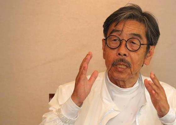 강원도 화천군 감성마을에서 집필 활동을 해온 소설가 이외수씨. [중앙포토]